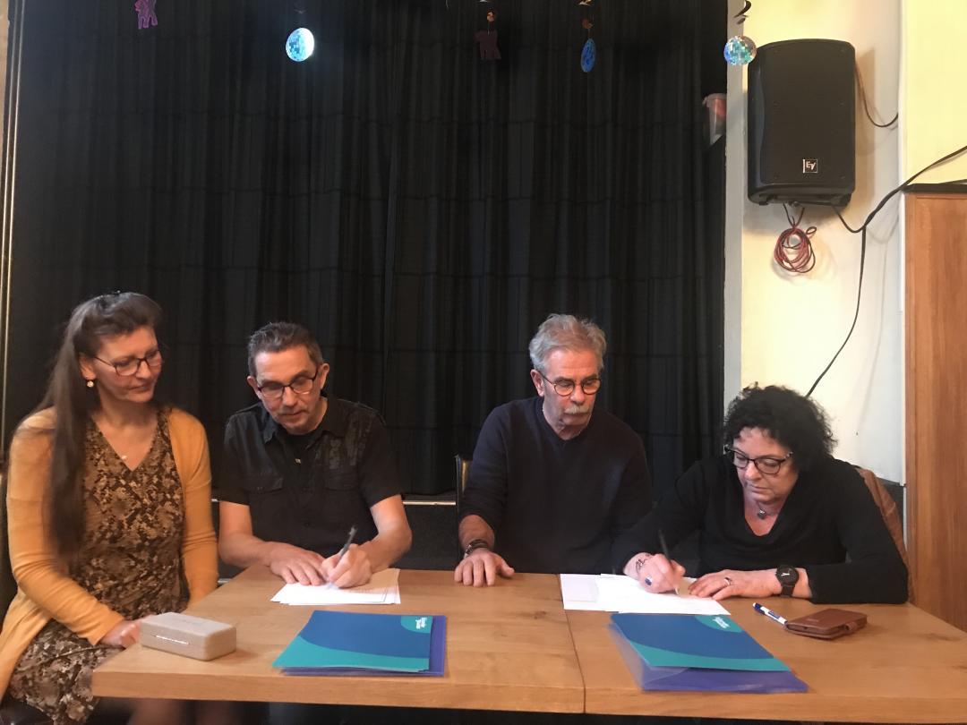 De startende en vertrekkende ondernemers van de Herbergier tekenen het contract