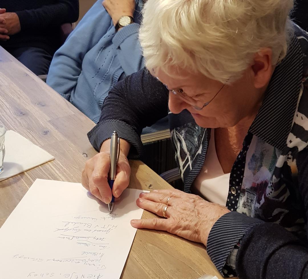 En ook deze bewoner zet haar handtekening